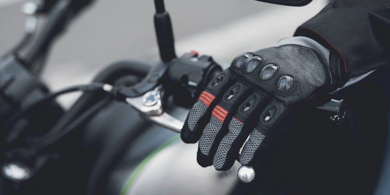 ¿Por qué es importante llevar guantes yendo en moto?