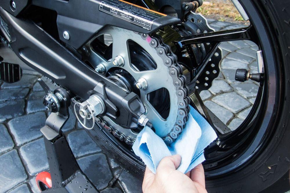 engrasar la cadena y correa de tu moto